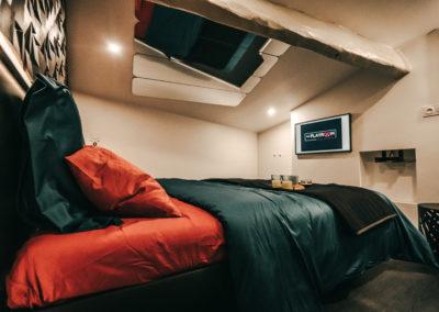 Chambre avec lit, miroir et TV connectée